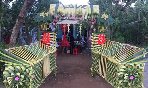 Những chiếc cổng cưới tuy làm bằng chất liệu đơn giản...
