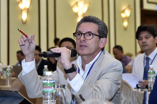 Một đại biểu đặt câu hỏi cho ban tổ chức sáng 5/10. Ảnh: Bộ Ngoại giao Việt Nam.