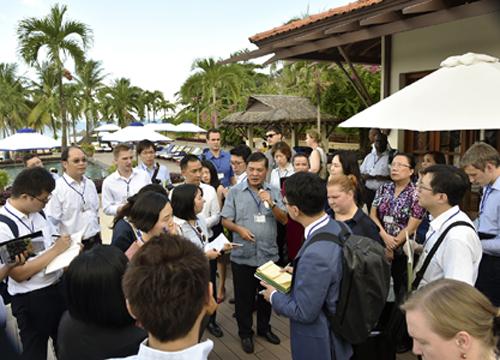 Ban tổ chức giải thích chương trình với đoàn khảo sát chiều 5/10. Ảnh: Bộ Ngoại giao Việt Nam.