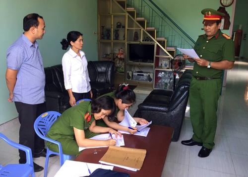 Bà Lê Thị Hồng Loan bị đọc quyết định bắt giữ tại nhà. Ảnh: Quốc Thịnh.