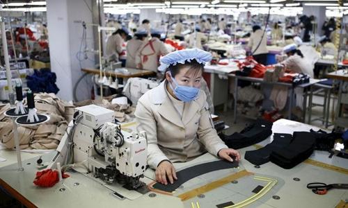 Một công nhân Triều Tiên làm việc trong khu công nghiệp Kaesong năm 2013. Ảnh: Reuters.
