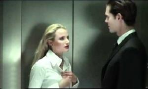 Mỹ nhân choáng với hành động của trai đẹp trong thang máy