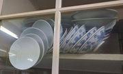 Làm thế nào để lấy đống bát an toàn ra khỏi tủ?