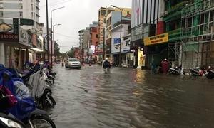 Đường phố ở Huế biến thành sông sau mưa lớn