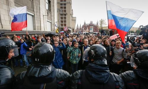 Cảnh sát chặn người biểu tình ủng hộ Alexei Nvalny tại thủ đô Moscow, Nga, ngày 7/10. Ảnh: Reuters.