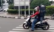 Xe máy lấn vạch đi bộ bị người qua đường giẫm lên yên