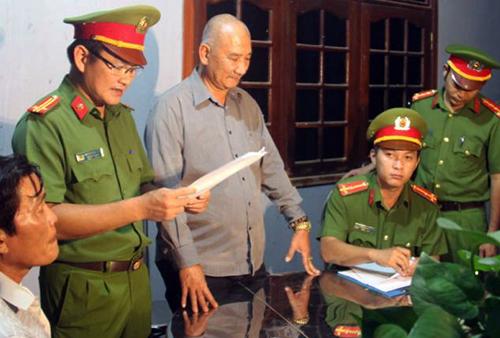 Ông Lê Văn Thiệt (giữa), người bị cho là chủ mưu vụ phá hơn 60 ha rừng. Ảnh: Cổng thông tin Công an Bình Định.