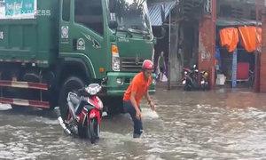 Áp thấp đổ bộ, đường phố Nghệ An - Hà Tĩnh ngập sâu