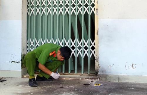 Vị trí mìn nổ ngay trước cửa căn nhà. Ảnh: Khánh Hương.