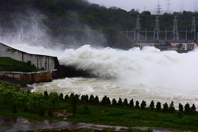 Nước đổ ầm ầm từ 7 cửa xả lũ thủy điện Hòa Bình