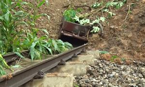 Đất đá lấp kín tuyến đường sắt Lào Cai - Hà Nội