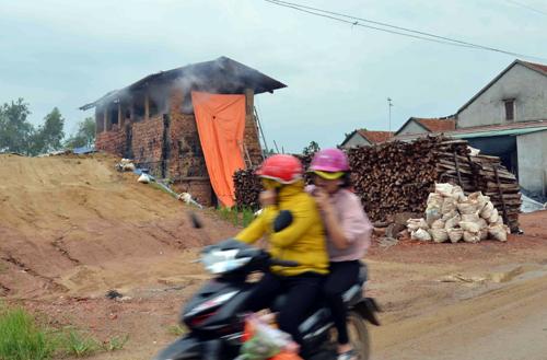 Lò gạch thủ công ở xã Nghĩa Mỹ xả khói gây ảnh hưởng đến dân cư xung quanh. Ảnh: Thạch Thảo.