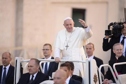 Giáo hoàng Francis vẫy chào trên quảng trưởng St Peter ngày 4/10. Ảnh: AFP.