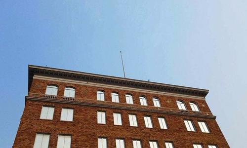 Cột cờ trống không trên nóc lãnh sự quán Nga tại San Francisco, Mỹ. Ảnh: Twitter/RussiaInUSA.