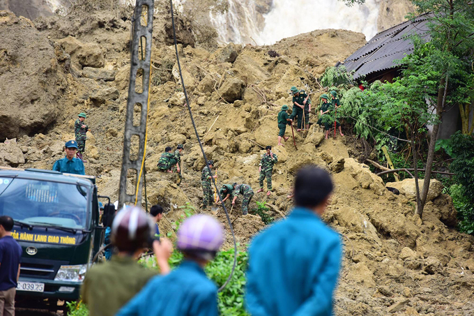 Cả trăm người đào bới tìm 18 nạn nhân bị vùi lấp