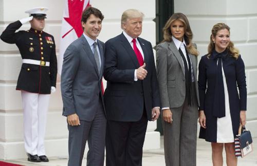Tổng thống Mỹ Donald Trump và phu nhân Melania (giữa) chụp ảnh cùng Thủ tướng Canada Justin Trudeau và phu nhân Sophie tại Nhà Trắng ngày 11/10. Ảnh: AFP.