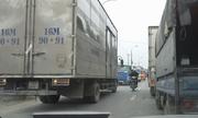 Xe tải chạy ngược chiều lúc tắc đường bị đoàn ôtô ép lùi lại