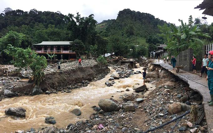 Lũ ống cô lập một huyện ở Yên Bái