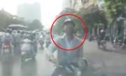 Tài xế văng tục khi bị xe máy chặn đầu vì tắc đường