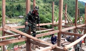Bộ đội giúp người dân Trạm Tấu dời nhà khỏi vùng lũ quét