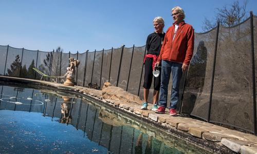 Vợ chồng nhà Pascoe trở lại bể bơi đã cứu mạng họ trong đám cháy rừng ở California. Ảnh: Los Angeles Times.
