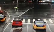 Tài xế Trung Quốc tặng ô cho cảnh sát giao thông dầm mưa