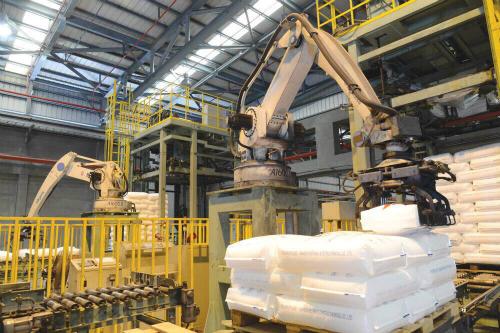 Robot vận hành trong Nhà máy lọc dầu Dung Quất.