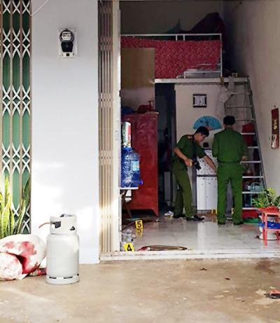 Cảnh sát khám nghiệm hiện trường vụ án mạng. Ảnh: Khánh Hương
