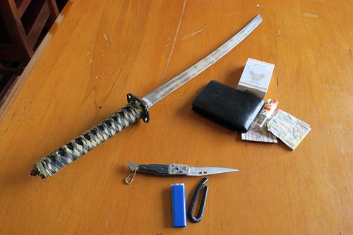 Tuấn đã cầm kiếm và dao bấm múa loạn xạ trong quán cà phê. Ảnh: Tư Huynh.