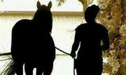 Cô gái và con ngựa chuẩn bị đi hay vừa đến?