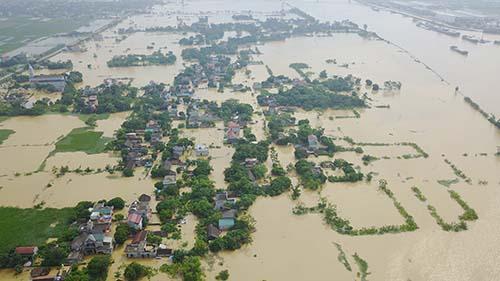 Nhiều ngôi làng ở xã Yên Khang, tỉnh Nam Định bị cô lập do lũ lụt. Ảnh: Việt Linh.