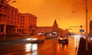 Bầu trời Anh chuyển màu đỏ quạch do siêu bão