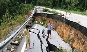 Nhiều quốc lộ ở Thanh Hóa nứt toác sau mưa lũ