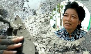 Người phụ nữ nhặt ve chai kiếm tiền vá đường ở miền Tây