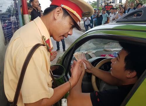 CSGT mời nhiều tài xế phản đối BOT Biên Hòa làm việc