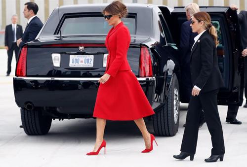 Nữ mật vụ Mỹ (phải) bị nghi là người đóng thế của bà Melania. Ảnh: AP.