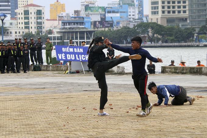 Nữ cảnh sát đặc nhiệm luyện khí công, võ thuật trước APEC