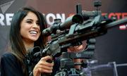 Những bóng hồng bên súng ống tại các triển lãm quân sự thế giới