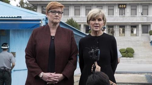 Ngoại trưởng và Bộ trưởng Quốc phòng Australia trong chuyến thăm khu phi quân sự liên Triều. Ảnh: