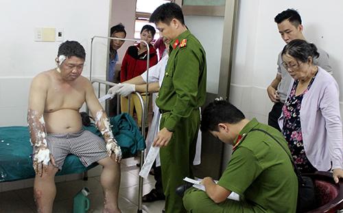 Cảnh sát làm việc với nạn nhân ở bệnh viện. Ảnh: An Phước