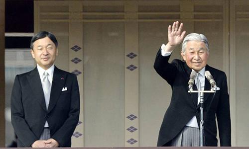 Nhật hoàng Akihito, phải, và Thái tử Naruhito. Ảnh: Kyodo