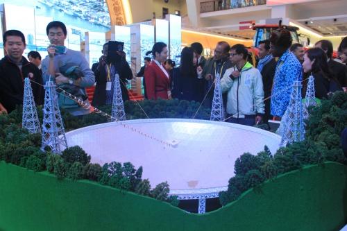 Mô hình kính viễn vọng được trưng bày tại triển lãm. Ảnh: Thuỳ Trang.