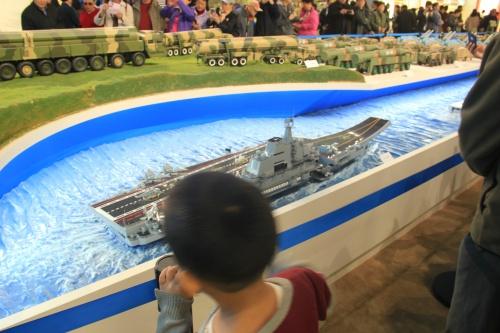 Mô hình tàu sân bay Trung Quốc tại triển lãm. Ảnh: Thuỳ Trang.