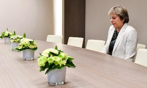 Thủ tướng Anh đợi trong phòng họp ở Brussels, Bỉ để bàn về vấn đề Anh rời Liên minh châu Âu. Ảnh: AFP.