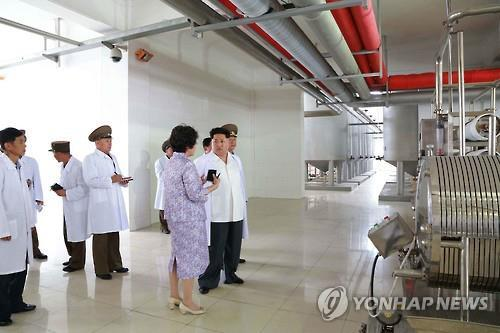 This photo shows Kim Jong-un looking around the Pyongyang Bio-Technical Institute in 2015. (Yonhap)