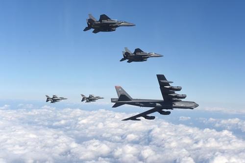 Máy bay B-52 cùng các chiến đấu cơ A US B-52 bomber (bottom right) flies with South Korean F-15K fighter jets (top) and US F-16 fighter jets (bottom left) (Image: AFP)
