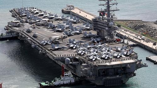Tàu sân bay Mỹ cập cảng Busan. Ảnh: Reuters.