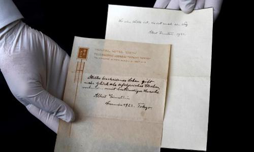 Hai tờ giấy được Einstein dùng để mô tả vắn tắt Thuyết sống hạnh phúc. Ảnh: AFP.