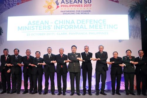 Bộ trưởng Quốc phòng Trung Quốc, các nước ASEAN và Tổng thống thư ký ASEAN Lê Lương Minh (
