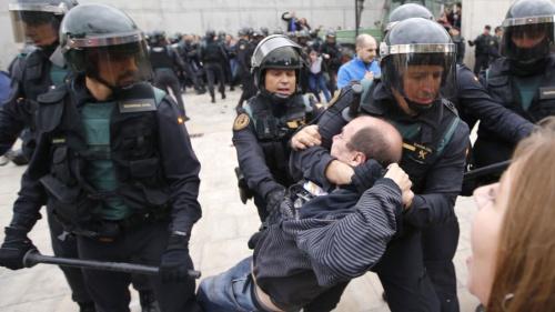 Bạo lực xảy ra trong cuộc trưng cầu dân ý ở Catalonia hồi đầu tháng 10. Ảnh: SkyNews.